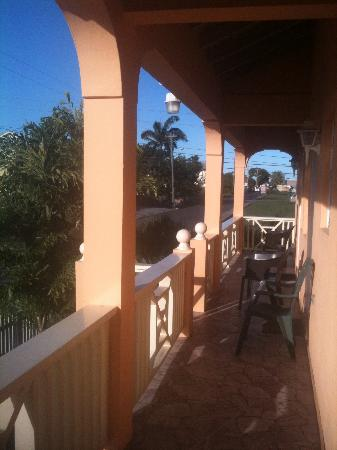 Connie's Comfort Suites: walking along balcony to apartment