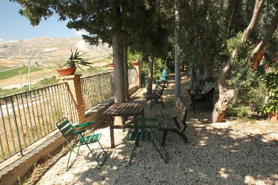 Le Case del Vivaio : Sit here and unwind with a chilled glass of local wine - all you can hear are the chicada...
