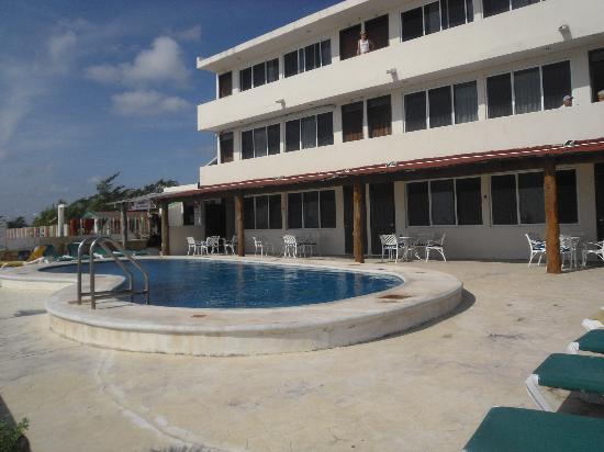 """Hotel Hacienda Morelos: Hotellets sydving med bassenget og """"Diveshop"""""""