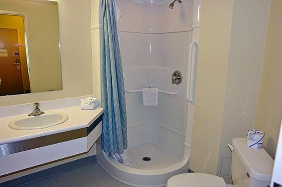 Motel 6 Niagara Falls : Bathroom1