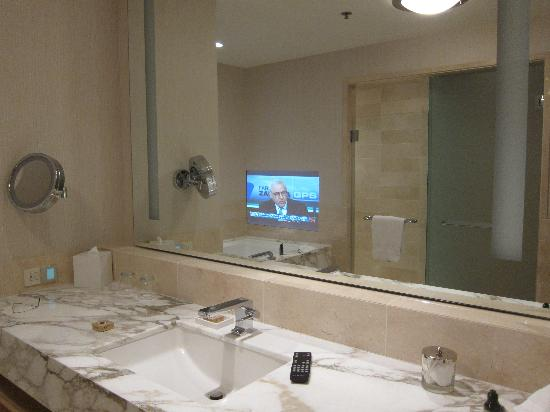Four Seasons Hotel Seattle: TV Fitted In The Bathroom Mirror