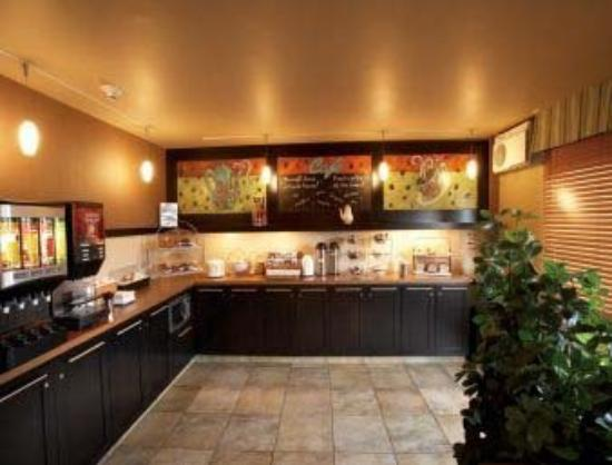 Quality Inn & Suites P.E. Trudeau Airport-Montreal : Enjoy our complimentary continental breakfast in o