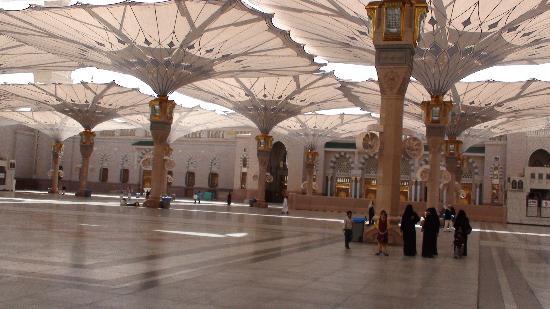 มัสยิดอันนบี: Al-Masjid Al-Nabawi surrounding yard