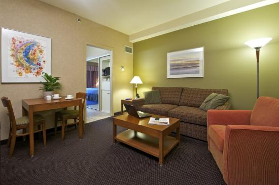 Coast Tsawwassen Inn: Comfort Suite - Living Room