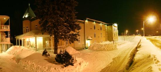 Auberge du Littoral: Exterior at night - hotel section
