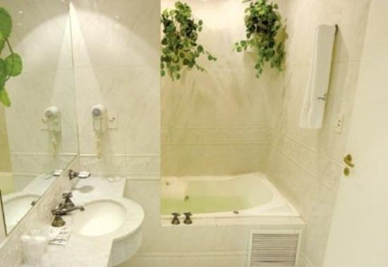 Sarmiento Palace Hotel: Suite´s Bathroom with jacuzzi