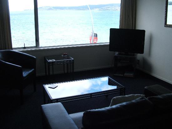 Tui Oaks Motor Inn: lounge and views
