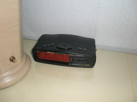 Knights Inn Colorado Springs: broken alarm clock