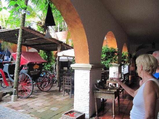 Hotel Mariscal Robledo: suo cortile con oggetti d'epoca....