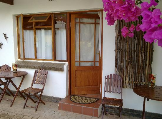Marula Lodge Guesthouse: het zitje wat je ziet is dus van de buren, het raam van jouw kamer