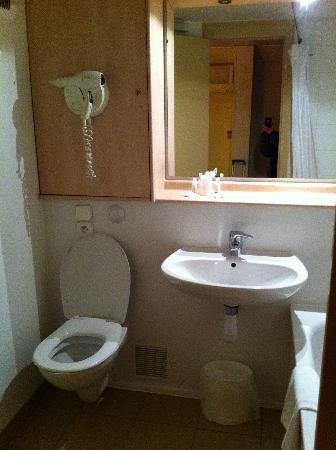 Kyriad Grenoble Est - Meylan : salle de bain