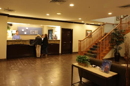 Holiday Inn Express Hotel & Suites Chicago-Deerfield/Lincolnshire: Lobby & Front Desk