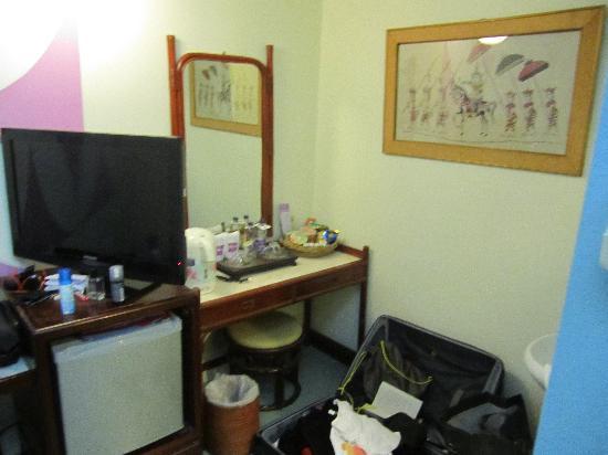 Sawasdee Sukhumvit Inn: Fond de la chambre & TV