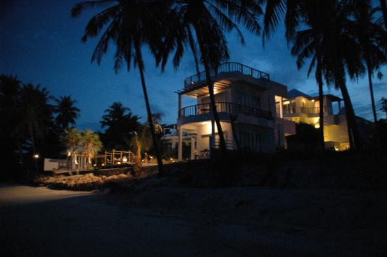 Villa Nalinnadda: NIght shot from the beach