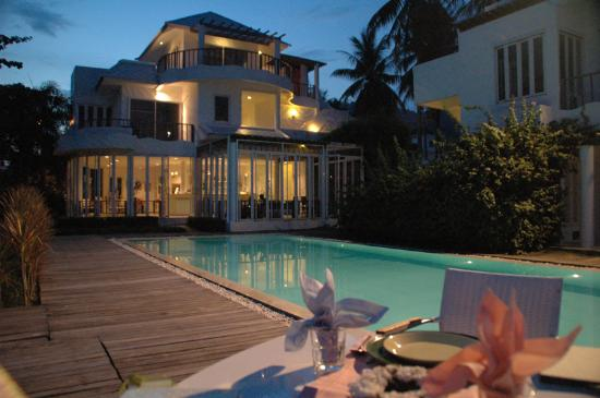 โรงแรมวิลล่า นลินนัดดา: Evening dinner at the pool