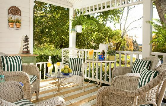 The Harbour Cottage Inn: Enjoy beautiful views from the porch!