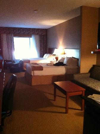 Days Inn & Suites Strathmore: room 214