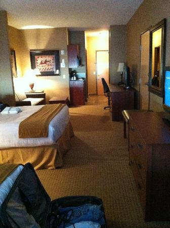 Days Inn and Suites Strathmore: room 214