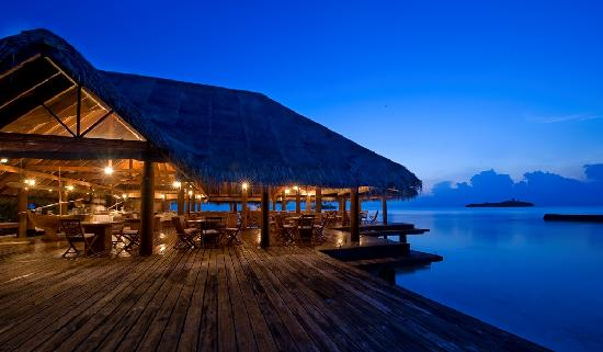 Rihiveli by Castaway Hotels & Escapes: Lagoon Restaurant - Night view