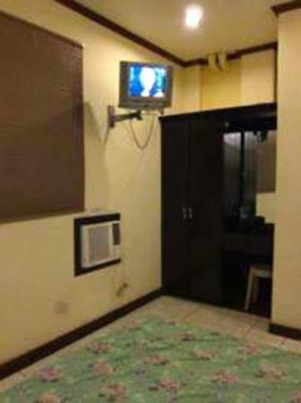 Cool Breeze Hotel & Villas: Tv and dresser and foot of the bed