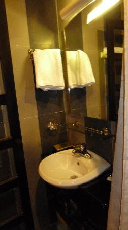 HueNino Hotel: Bathroom 1