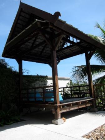 Kanda Residences: 泳池邊的發呆亭