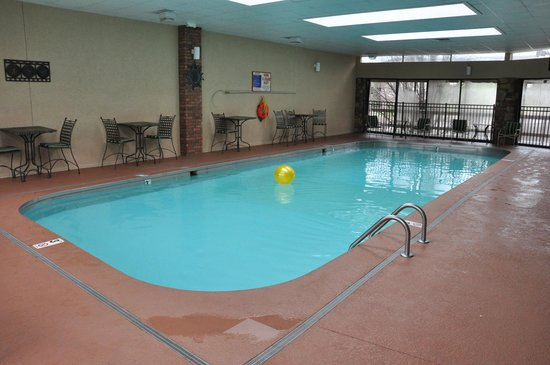 Best Western Plus Landing View Inn & Suites: A salt-water pool is available for relaxing.