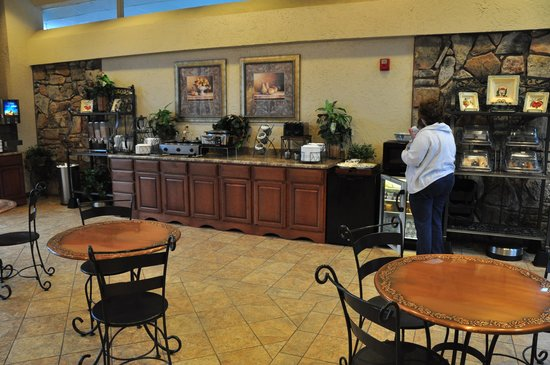Best Western Plus Landing View Inn & Suites: Overall view of the breakfast area.