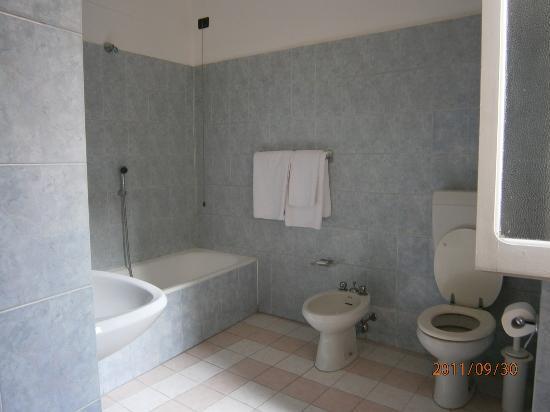 Hotel Nuovo - bathroom - Milan Sep 30 2011