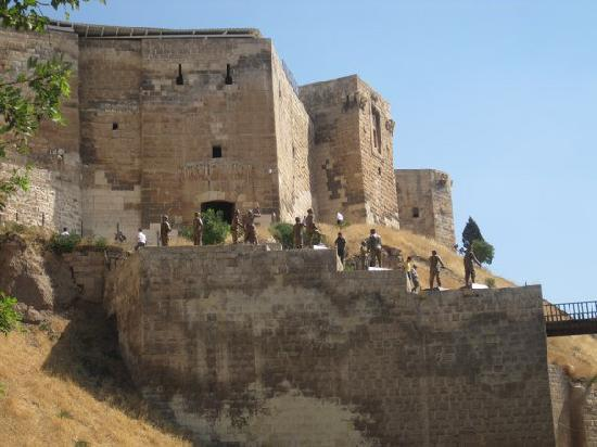 Gaziantep Castle : Looking up at the castle and the statues on your way in