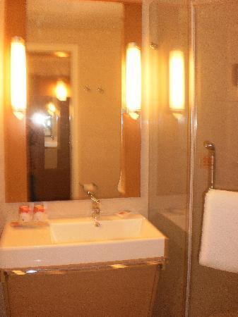 Ibis Shanghai Yu Garden: Bathroom