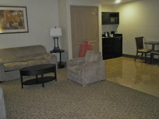 Holiday Inn & Suites Beaufort at Highway 21: Picture of part of the living room & Kitchen in Presidential Suite