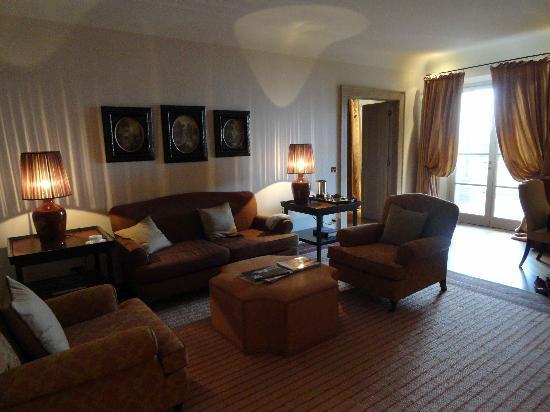 Rosewood Castiglion Del Bosco : lounge in a suite
