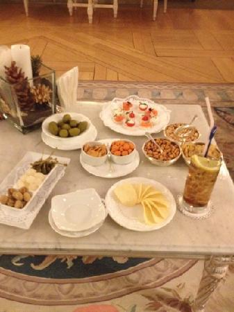 Cristallo, a Luxury Collection Resort & Spa: nice nibbles to go some way to make up for the €18 drink