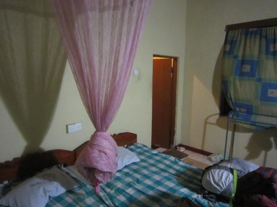 Chamara Guest House: the bed, you'll need the mosquito net!