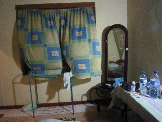 Chamara Guest House: Window from bedroom on front desk and guest lobby!, no privacy!