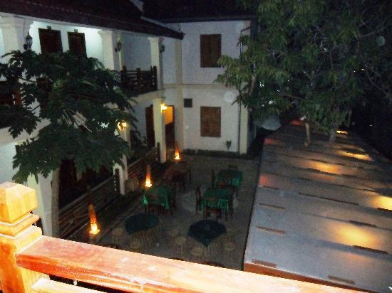 Namsok Hotel: hotel courtyard