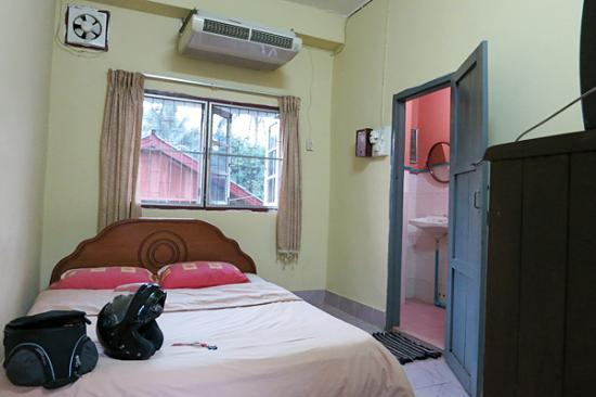 Dok Khoun 1 Guest House : room with double bed