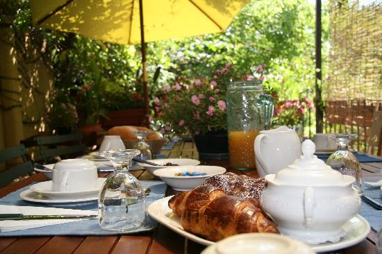 Inn The Garden: Breakfast in summer