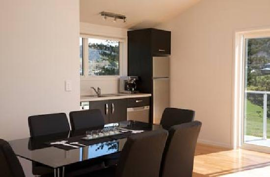 Shores Accommodation: Kitchen and dining area