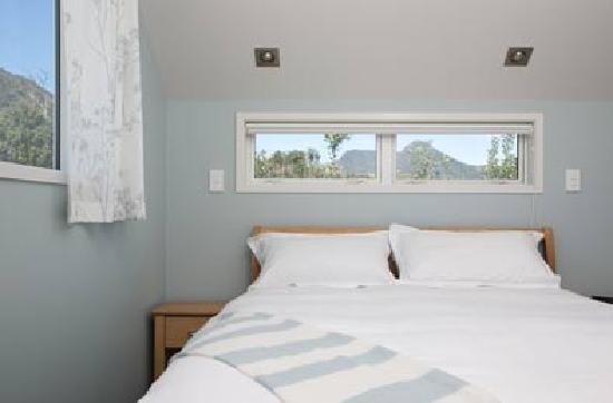 Shores Accommodation: Comfortable bedroom
