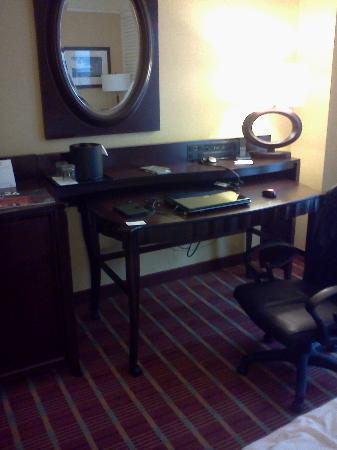 Renaissance Montgomery Hotel & Spa at the Convention Center: The desk and the high-tech hookups