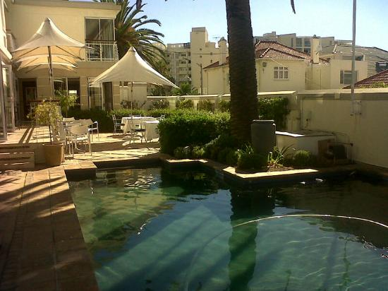 Bantry Bay Suite Hotel: Pool & breakfast area