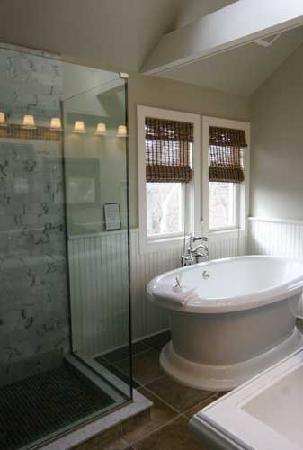 Mill House Inn: Suite 32 - Captain's Quarters Bath