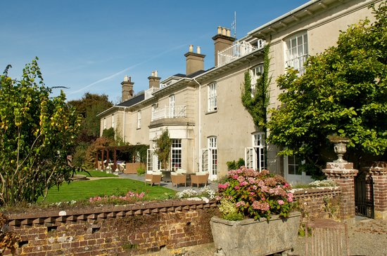 Dunbrody Country House Hotel: Sunny terrace perfect for lounging away