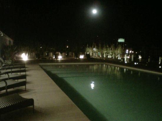 Rivera Casino & Resort: Piscina y vista por la noche