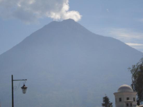 Hotel Las Farolas: Vista al volcan cerca del hotel
