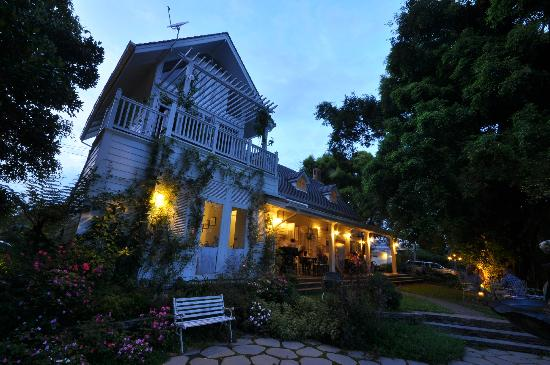Chivit Thamma Da Coffee House, Bistro & Bar: in the evening^^