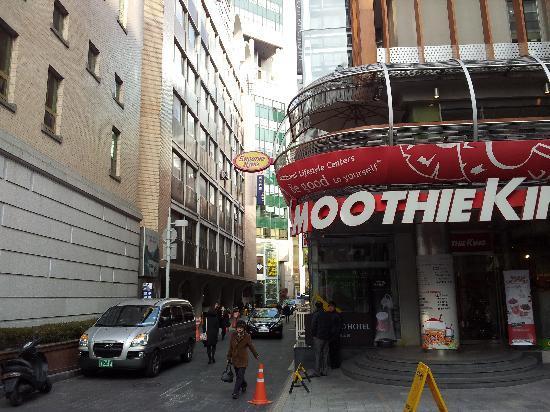 Metro Hotel: Walk this way to the nearest subway
