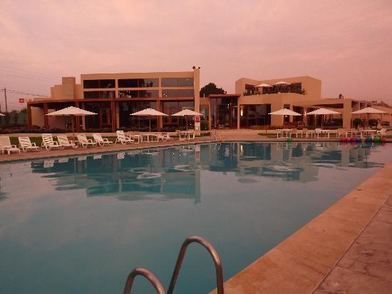 Casa Andina Standard Chincha: Vista del hotel desde la piscina